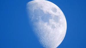 Měsíc na denní obloze